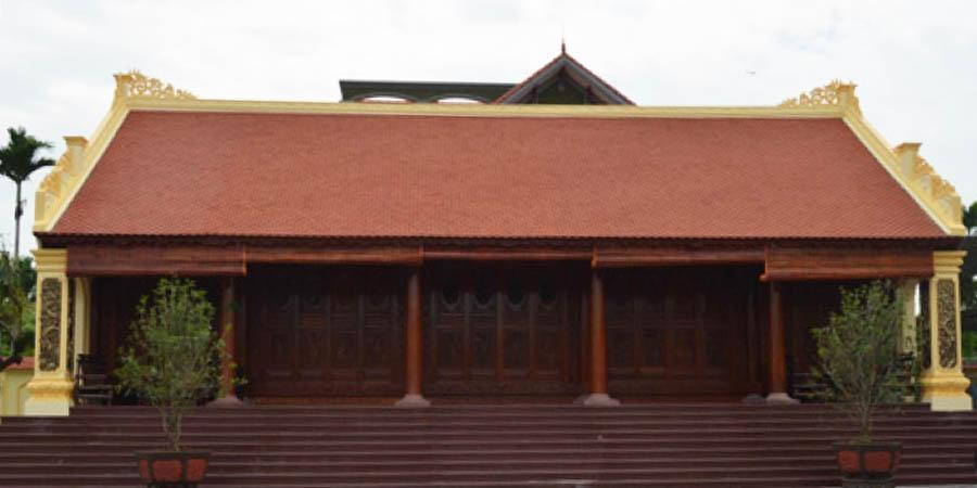 Ngôi nhà thờ họ gỗ lim 5 gian gồm 3 gian dành cho việc thờ cúng và họp chi họ, 2 gian chái bên cạnh được sử dụng để đồ thờ cúng.
